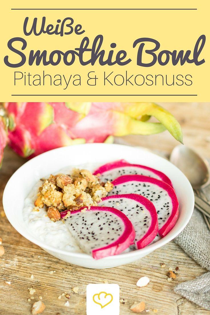 Du willst wissen wie diese Kokos-Smoothie-Bowl mit Drachenfrucht und Granola schmeckt? Kennst du diese Werbung – die an einem strahlend weißen Sandstrand vor türkisblauem Wasser gedreht wird? Genauso! Ein kleines bisschen nach Kokos und ein großes bisschen nach Fernweh und Reisefieber. Zum Abhauen gut!