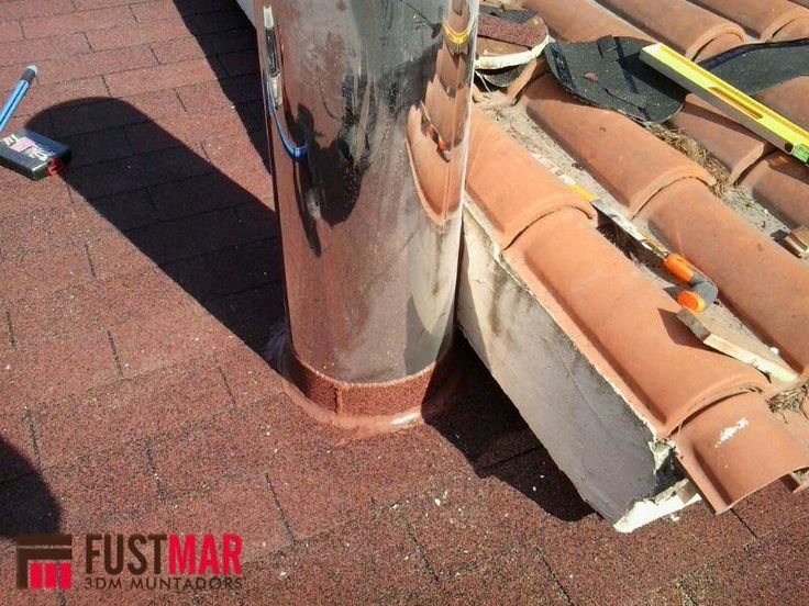 Pergola de madera de abeto laminado lasurado en color nogal, con techo de madera machihembrada y acabada con imitación de teja. www.fustmar.com