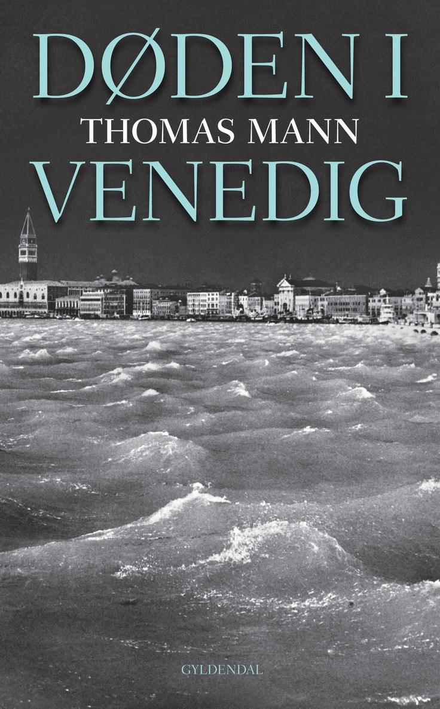 """Siden udgivelsen for 100 år siden i 1912 har """"Døden i Venedig"""" tryllebundet sine læsere. Med sit nådesløse portræt af den gamle mands håbløse længsel, sat i en kulisse af en døende by og en døende tid og fortalt i et fuldstændig overlegent sprog, hæver den sig stadig som en af de allerstørste moderne klassikere."""