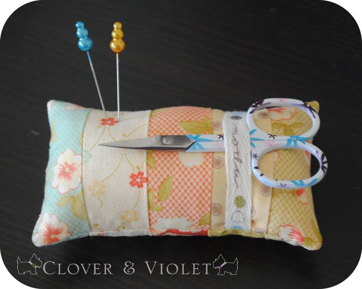 great idea for a pincushion and scissor holder: Cushions Cut, Moda Fabrics Quilts, Decor Ideas, Pin Cushions, Scissors Holders, Sewing Machine, Great Ideas, Easy Pincushion, Easy Money Maker