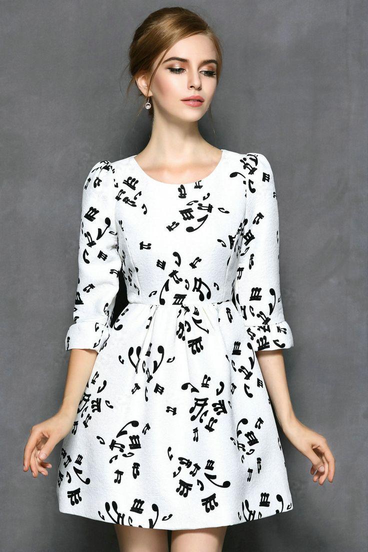 Vestido blanco muy elegante, que se puede combinar con una cadena con un dije muy pequeños.