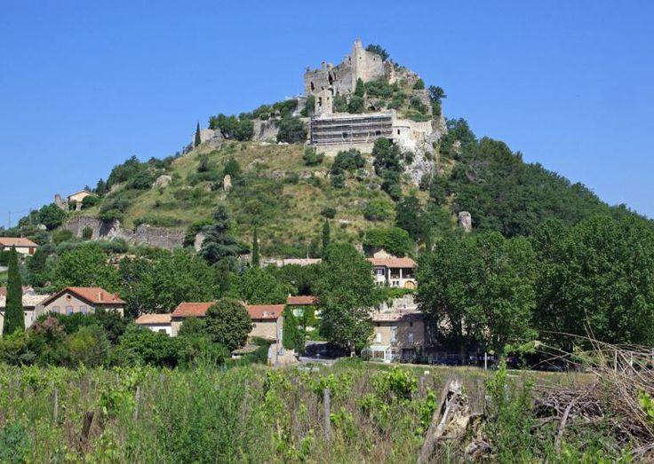 Entrechaux (Photo Emile Taillefer) : limitrophe à la Drôme, le village est situé au confluent de la rivière de l'Ouvèze et du Toulourenc, sur la route de la Haute Provence. Perché sur un piton rocheux à 280 mètres d'altitude, le château d'Entrechaux est accroché majestueusement sur les hauteurs du village. Celui-ci a été racheté par un particulier qui organise chaque année pour le restaurer, des stages de taille de pierre.