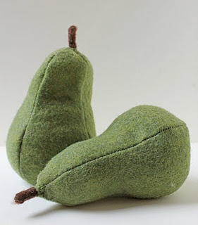 felt pear tutorial, would be cute in a bowl in the kitchen