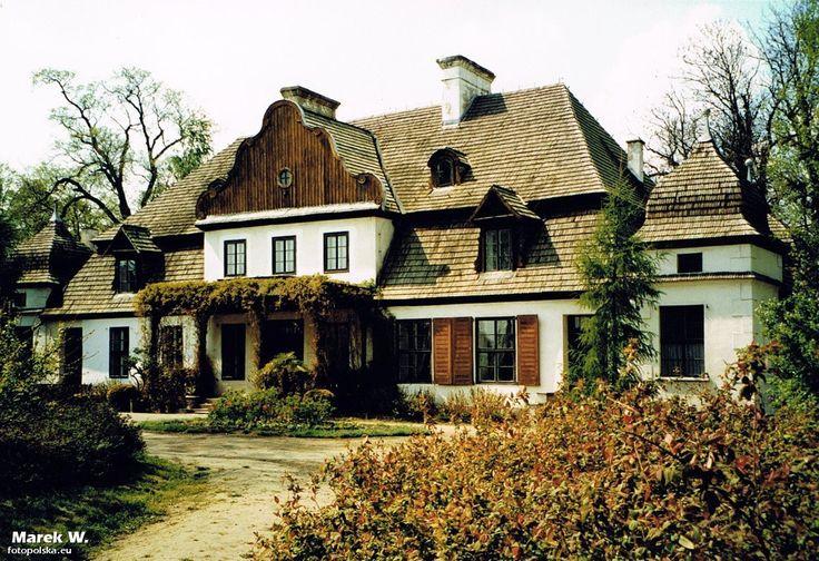 Dworek w Koszutach. Powstał około roku 1760 dla Józefa Zabłockiego. Obecnie znajduję się w nim Muzeum Ziemi Średzkiej.