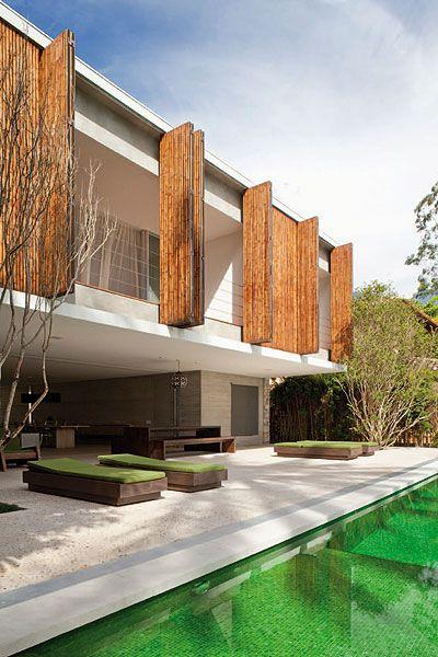 Esquadria de bambu do tipo camarão é destaque de casa criada por Marcio Kogan e Diana Radomysler em Ilhabela, SP   aU - Arquitetura e Urbanismo. - Fotos Pedro Vannucchi