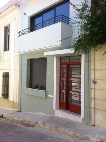 Nikolas Dorizas Architect, Tel: +30.210.4514048 Address: 36 Akti Themistokleous – Marina Zeas, Piraeus 18537 Αναστήλωση παλαιάς πολυκατοικίας στην Ακρόπολη και μετατροπή σε αφαιρετική μονοκατοικία για ένα ζευγάρι από το Αρχιτεκτονικό Γραφείο του Νικόλα Ντόριζα.