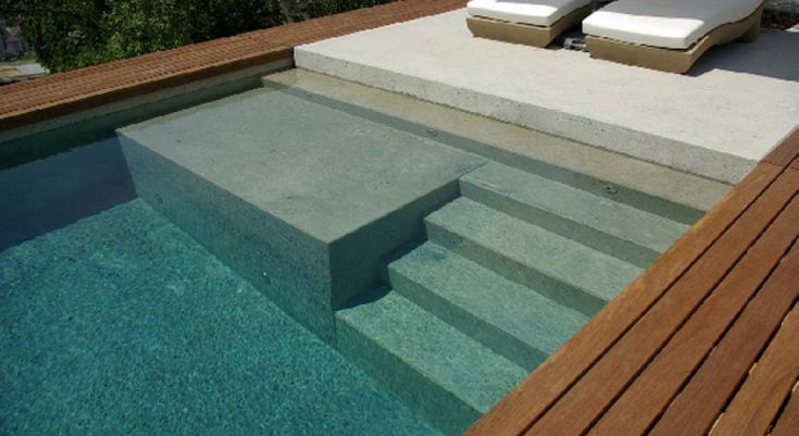 Un escalier banquette pour piscine | Piscines Carré Bleu