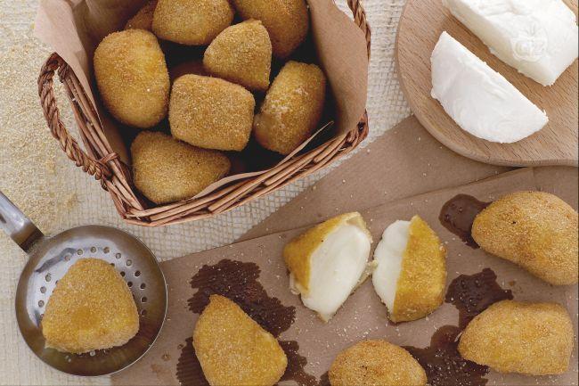 Le mozzarelle fritte sono una ricetta facile e veloce. Ingredienti semplici per avere un cuore filante di mozzarella ricoperto da croccante panatura