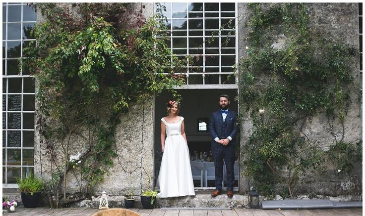If woodland weddings, quirky manor houses, floral crowns & stylish dogs are your jam then you would have loved Blathnaid & Brian's awesome outdoor wedding at Kilyon Manor.