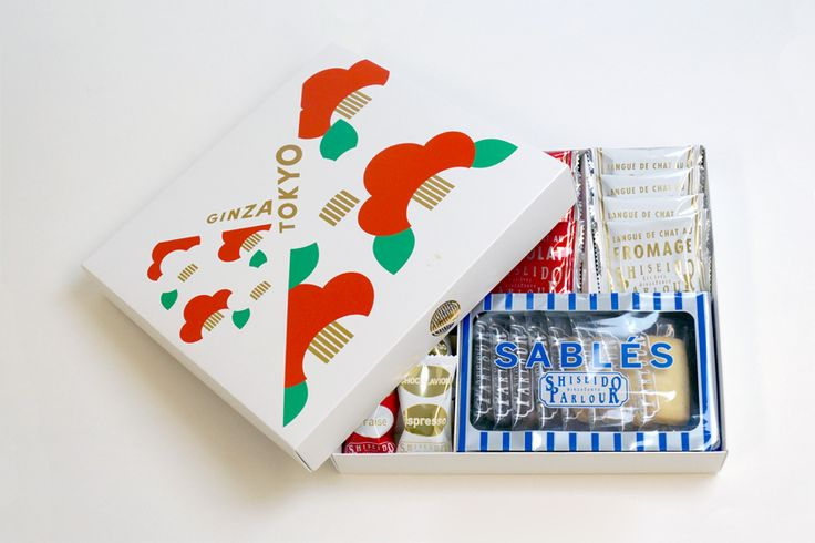 """新年にふさわしい、晴れやかなパッケージのお菓子を紹介。季節感あふれる赤と白の椿が彩る華やかなデザインで、""""GINZA/TOKYO""""の文字は、日本らしい晴れ着の合わせ襟をイメージしています。 資生堂パーラーで人気の「ショコ …"""