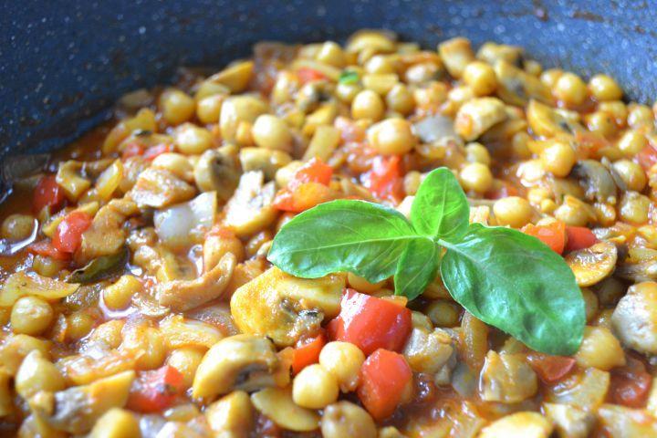Guláš bez mäsa azemiakov? Áno. Urob ho zo šampiňónov, hlivy ustricovej, zeleniny a cíceru. Vyskúšaj recept, na ktorom si pochutia nielen vegáni.
