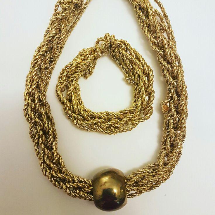 Collar en cordón dorado tejido a crochet.