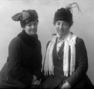 1919 - Gruppeportrett, to kvinner i ytterklær med hatter. Fru agent Lycke.