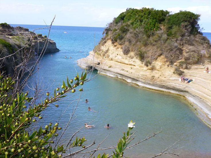 Il Canal D'Amour di Sidari è la spiaggia più particolare dell'isola, con le particolari formazioni rocciose che delineano stretti canali Di Rosa-Maria Rinkl - Opera propria, CC BY-SA 3.0, https://commons.wikimedia.org/w/index.php?curid=33677920 Sidari