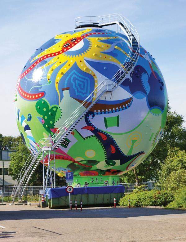 De stip in Emmen. Het toyisme is een kunstenaarscollectief dat in 1992 werd opgericht door drie kunstschilders uit Emmen. De samenstelling wisselde in de loop van de jaren en inmiddels zijn wereldwijd tientallen kunstenaars aan het collectief verbonden. De kunstenaarsbeweging is verantwoordelijk voor het grootste kunstwerk van Nederland, de Stip in Emmen, en van IJsland, de watertoren Uppspretta in Keflavík. Inmiddels telt het oeuvre van de toyisten meer dan 700 werken die variëren van…