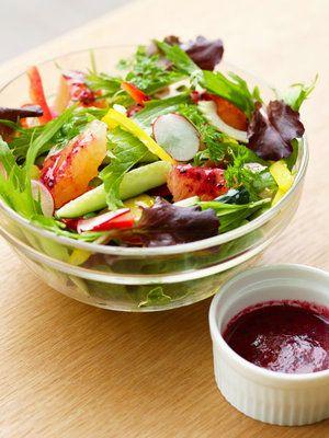 ガーリックの効いたフランボワーズのサラダはアントシアニンたっぷり。|『ELLE a table』はおしゃれで簡単なレシピが満載!