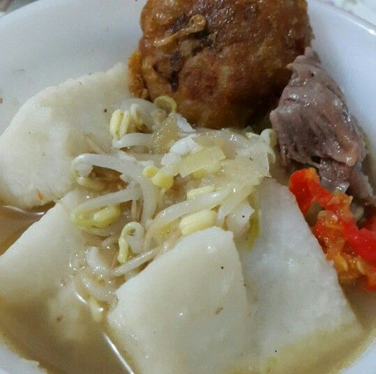 Soto khas pekalongan, dengan kuah kental ini beda dengan soto khas daerah lain, dengan penambahan tauco di dalamnya membuat soto ini mempunyai rasa yang sangat unik dan khas .