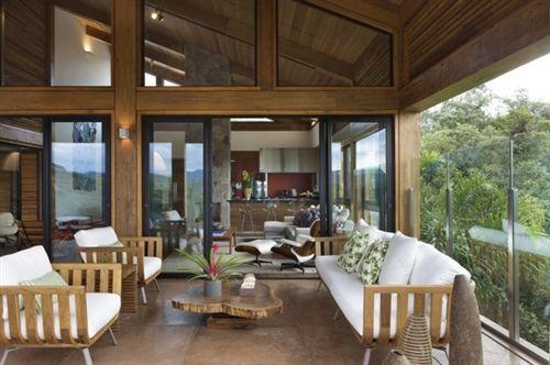 Casa decorada com madeira