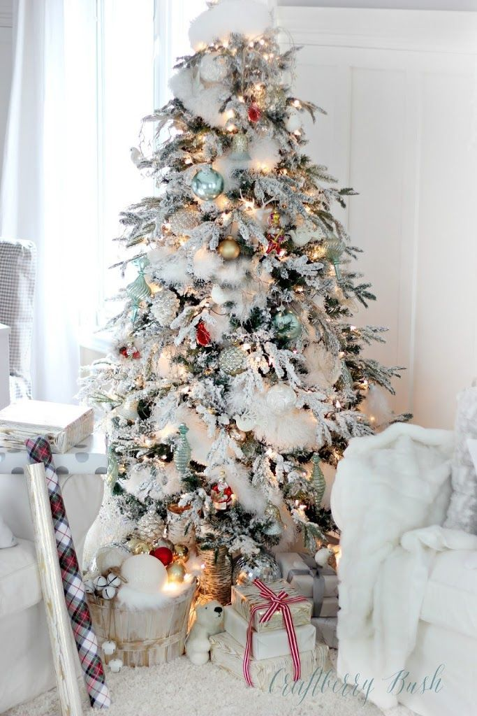 A beautiful flocked Christmas tree with an unexpected garland! See 10 more Christmas Tree Decorating Ideas on dreambookdesign.com