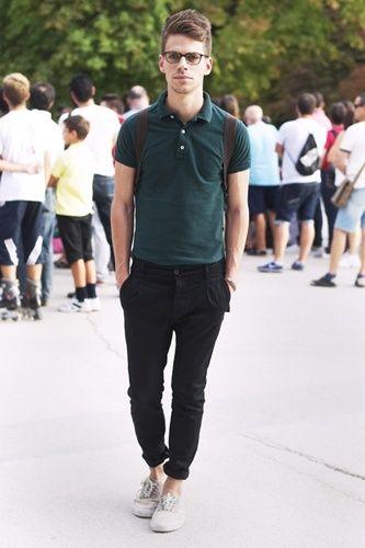 モスグリーンポロにブラックパンツを合わせた大人な着こなし。おすすめのポロシャツメンズ一覧。人気・トレンドのコーデ。