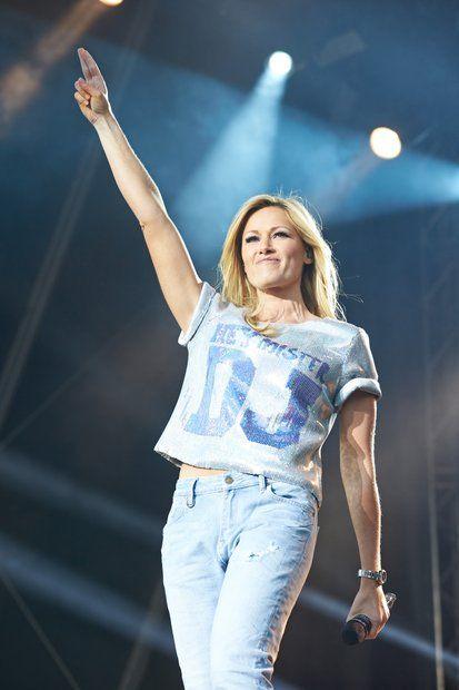 Fashion-Looks: Mit Boyfriend-Jeans und glitzerndem Shirt im Football-Stil gibt Helene Fischer auf der Bühne Gas - und flirtet dezent den DJ an.