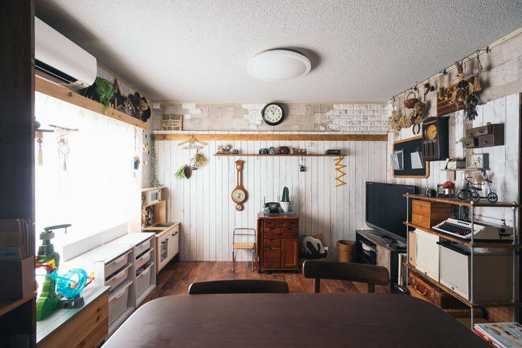 壁掛けの時計や和ダンスなどレトロな小物がしっくり馴染み、楽しい雰囲気のリビング!|インテリア実例 インテリア 生活 暮らし 雑貨 小物 家具 ソファ クッション テーブル イス グリーン 観葉植物 照明 間接照明 キッチン|