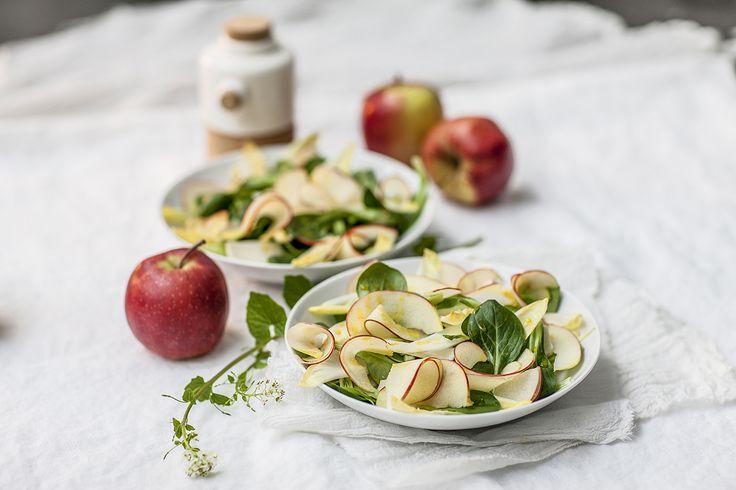 Een overheerlijke salade van witloof, veldsla, appel en curry, die maak je met dit recept. Smakelijk!