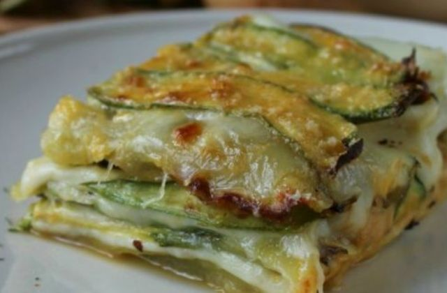 Parmigiana di zucchine e patate, la ricetta perfetta per una cena tra amici (golosi)