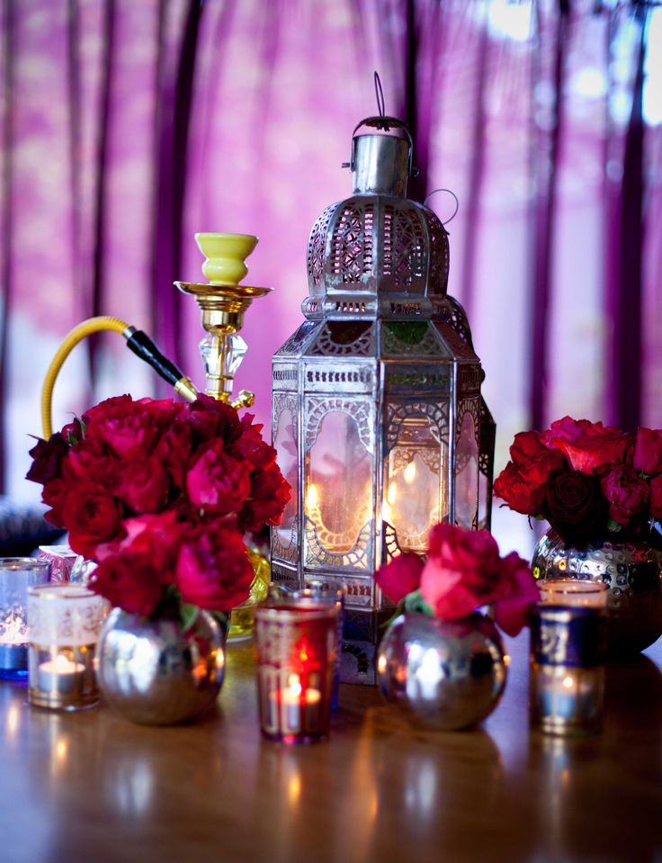 This decoration for the wedding table uses the reds and pinks that look so gorgeous for a Middle Eastern wedding.