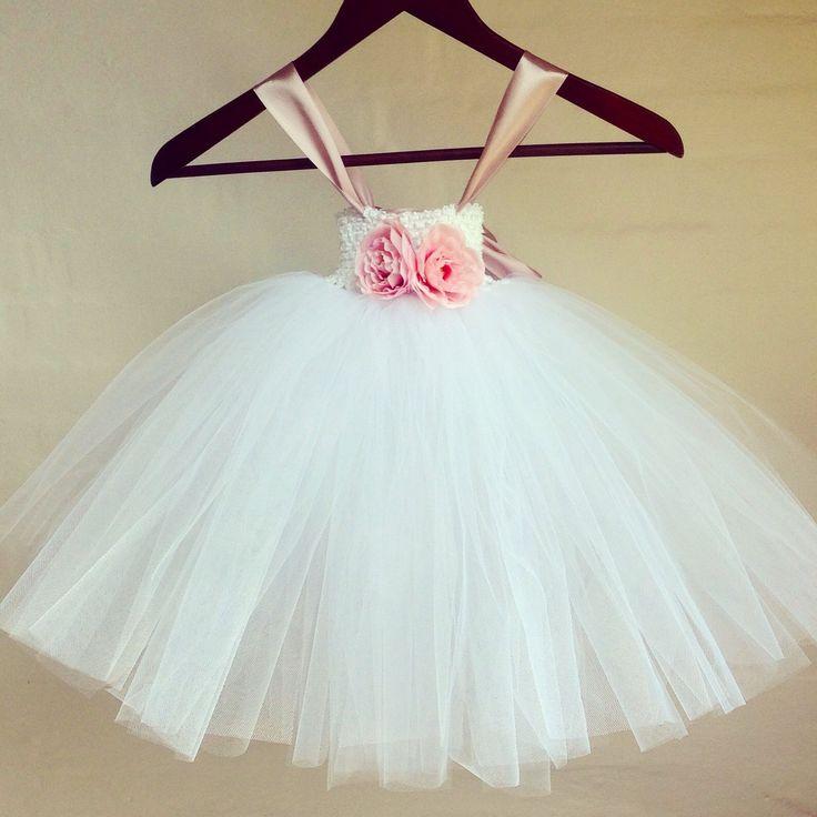 Special designet håndlavet tylkjole i hvid med gammelrosa bånd. Super sød brudepigekjole til den lille prinsesse.