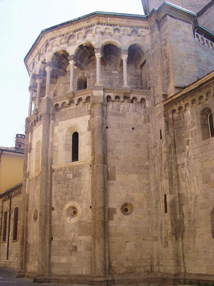 Polygonal apse, crowned by loggia from the thirteenth century. and flanked (affiancata) by the ancient pointed portal dating from the eleventh and twelfth centuries.