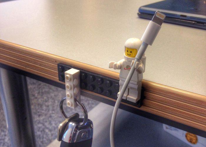 スマホの充電ケーブルの置き場所に困ったことはありませんか? 机にレゴブロックを貼りつけて、レゴのフィギュアを取 […]