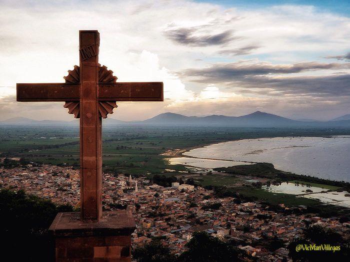 Cruz sobre Jamay. Jalisco, México #VicManPhoto @VicManVillegas