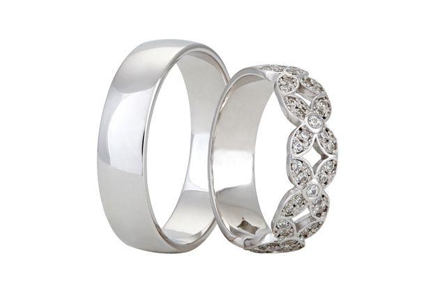 Snubní prsteny, kde pánský tvoří jednoduchý kroužek z bílého zlata ve vysokém lesku a dámský model zaujme nádherným květinovým vzorem, který je vysázen zářivými kameny.