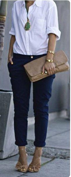 Синие брюки, белый верх, клатч-конверт, бежевые туфли