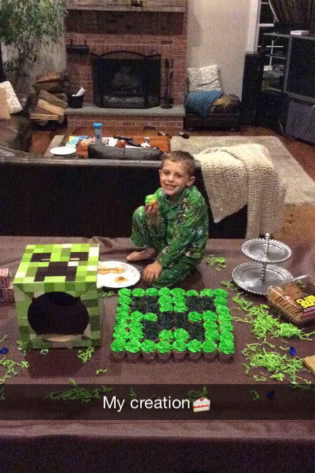 Minecraft creeper cupcake cake! Super easy and great for a theme party! 7x8 cupcakes with green and black swirled frosting.