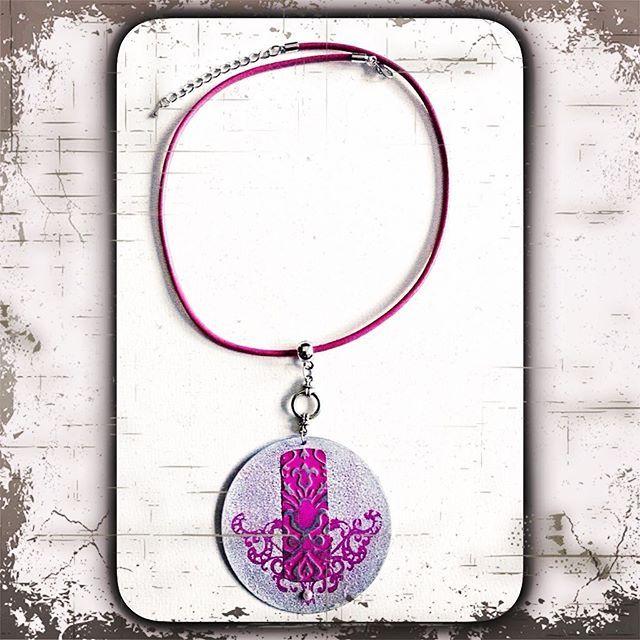 Halskette mit großem Anhänger in pink/rosa und Stempelmotiv/Prägung im Vintagestil ⚜Handarbeit⚜Necklace with a large pendant in pink and stamp motif / embossed vintage style ⚜Handmade⚜ #handmade #halskette #handmadejewelry #jewelry  #design #metal #modeschmuck #kette #patina #prägen #lederband #silber #silver #fashion #embossing #fashionjewelry #accessoire #schmuck #metalembossing #handcrafted #unikat#mode#style#jewelrydesigner#necklace#kreativ#creations#unique#collier#bijoux