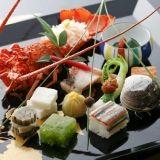 日本料理の美しい盛り付け。その盛り付け方は世界に影響を与えた日本料理独特のものです。現在では世界の料理人が知らず知らずのうちに、その盛り付け方に影響を受けています。懐石のオードブルの八寸。その日本料理の盛り付けの美しさに一役買っているものに「飾り切り」や「あしらい(ashirai)」があります。日本の「あしらいashirai」に使う代表的な季節の植物です。順番に【大葉(ooba)、実穂じそ(mihojiso)、花穂じそ(hanahojiso)、木の芽(kinome)、菊花(kiku)、ふきのと(hukinotou)、防風(bouhuu)、浜防風(hamabouhuu)、紅蓼(benitade)、芹(seri)、貝割れ大根(kaiwaredaikon)、つくしtsukusi)】これらは一例です。最近は西洋野菜など...日本料理の盛り付け。けん、つま、あしらい、飾り切り。