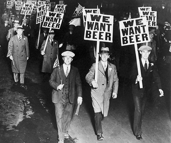 Protesters march during prohibition, Chicago 1920s