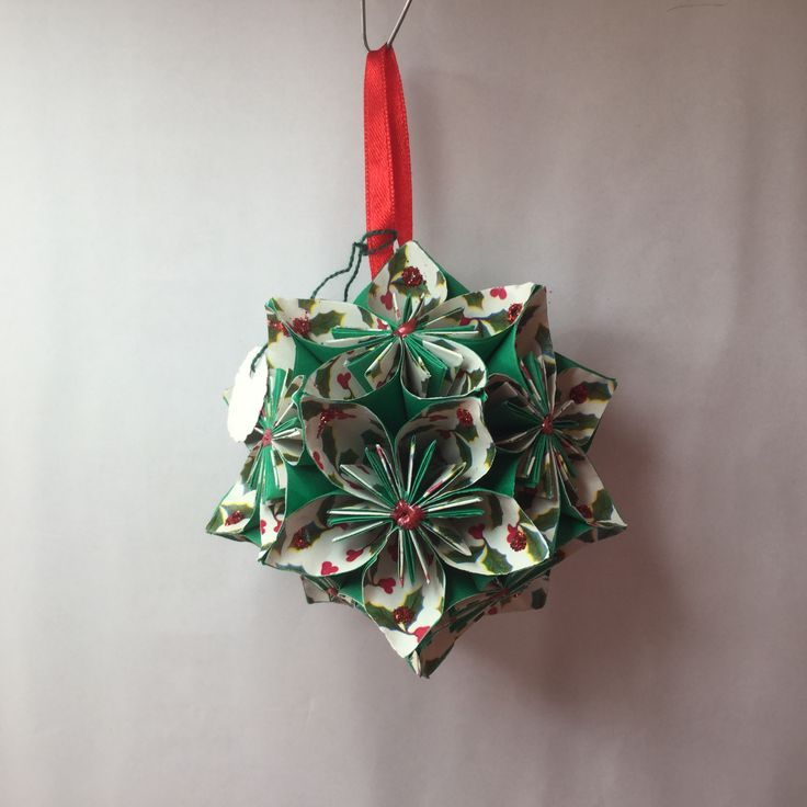 KO20 Green with holly patten inner petal..red hanging ribbon..11cm sq.