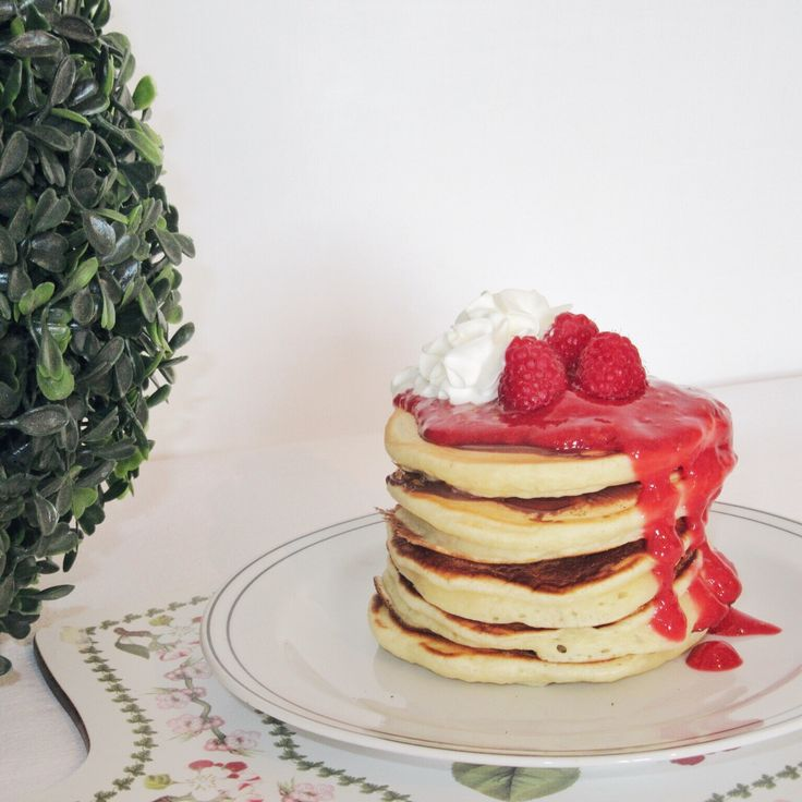 Pancakes alti, morbidi e soffici accompagnati da una salsa ai lamponi. Sono l'ideale per una colazione speciale o per una merenda  #pancakes #fluffypancakes #breakfast #colazione #merenda