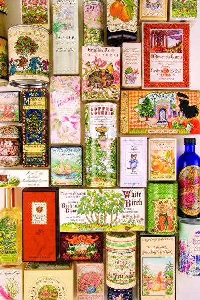 Assemblage: Jolies boîtes et paquets colorés de chez Crabtree and Evelyn.