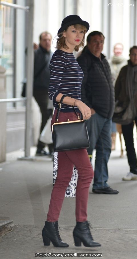 Taylor Swift running errands in New York City http://icelebz.com/events/taylor_swift_running_errands_in_new_york_city/photo3.html