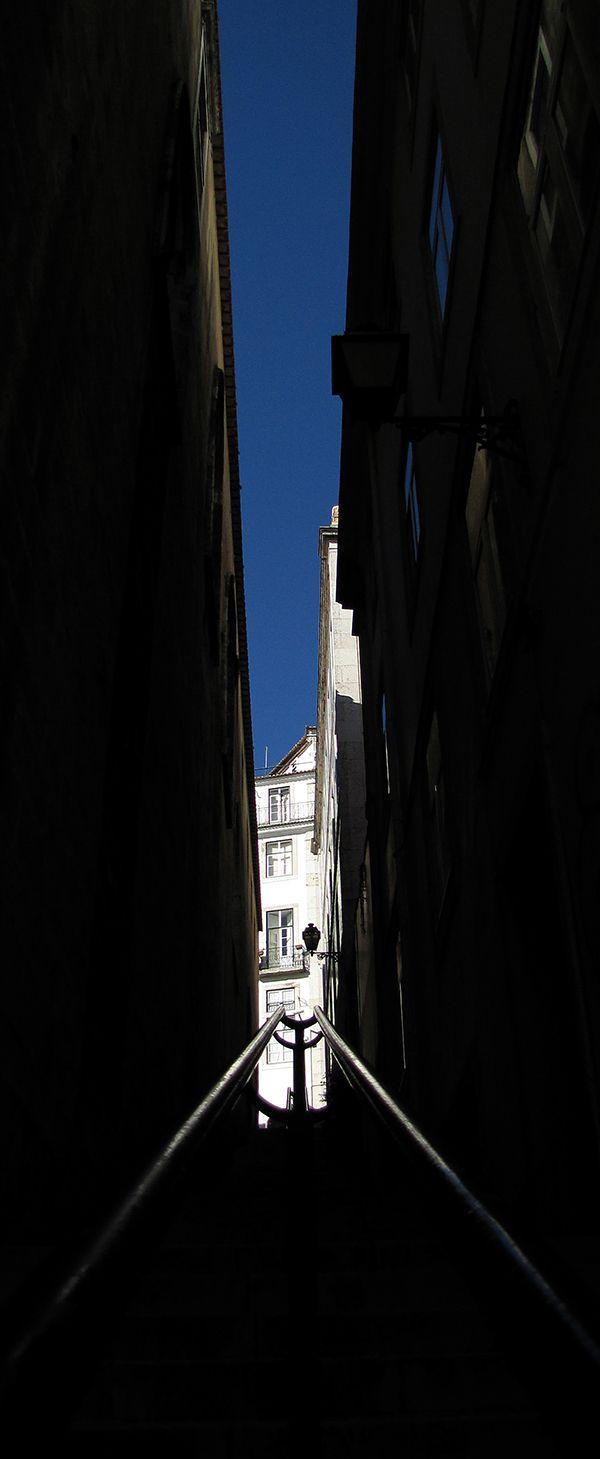 Um dos muitos becos de Lisboa.