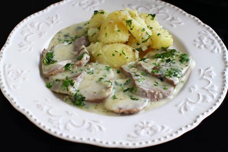 Limba de vită cu sos de smântână este un preparat delicios căruia moda i-a făcut o imensă nedreptate. Pur și simplu, nu mai e la modă să se consume...