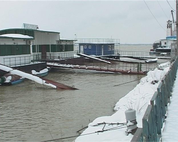 Autorităţile din Galaţi se pregătesc de ce este mai rău după ce nivelul Dunării a crescut îngrijorător. Numai în ultimele 24 de ore cota a ajuns de la 513 la 521. Cum meteorologii anunţă creşterea temperaturilor până la 20 de grade, este posibil ca în următoarele zile Dunărea să depăşească şi cota de atenţie care este de 560.