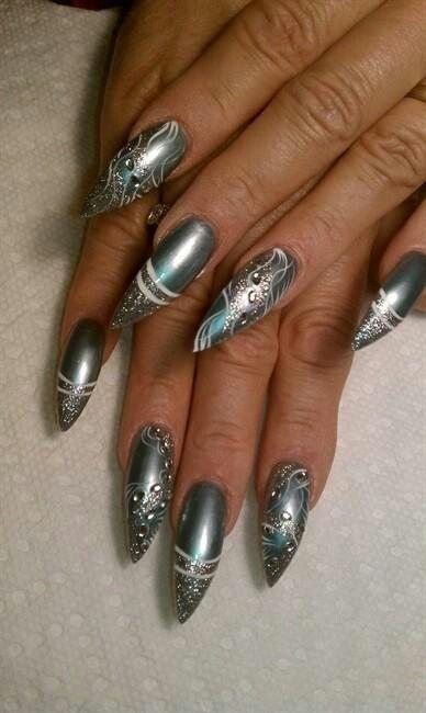 ногти миндальной формы с росписью и серебристого цвета  Almond shape nails