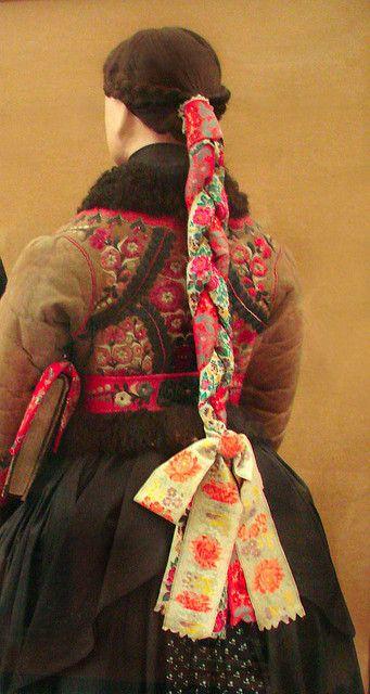 Costume traditionnel de femme (Paloc) (Hongrie)    Costume traditionnel de jeune fille Paloc, porté à l'église en hiver  (?), Nogradmarcal, Nograd Costumes du musée d'ethnographie de Budapest