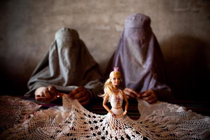A Kandahar due donne afghane con il burqa imparano a ricamare un abito per una bambola ad un seminario promosso da una ONG malese. L'obiettivo della ONG è aiutare le donne locali ad emanciparsi. (Majid Saeedi/Getty Images)