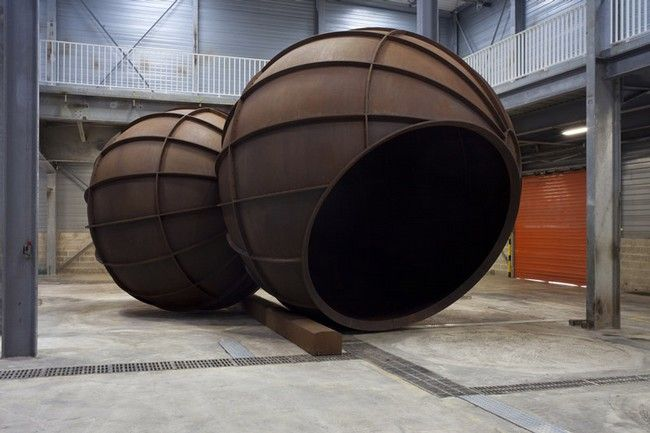 Anish Kapoor, Intersection, 2012, Corten 515 x 813 x 514 cm. Permanent installation in Galleria Continua Les Moulins. Courtesy the artist and GALLERIA CONTINUA, San Gimignano / Beijing / Les Moulins / Habana Photo by Oak Taylor-Smith.